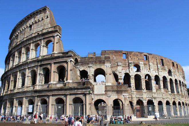 16 cong trinh co dai sung sung voi thoi gian hinh anh 6 Đấu trường La Ma: Từ quảng trường La Mã đi về phía đông là đến đấu trường La Mã có sức chứ 80.000 người. Nơi đây còn tổ chức các cuộc đấu cho các võ sĩ giác đấu, các vụ hành hình, săn bắn động vật và các sự kiện khác. Colosseum từ lâu được xem là biểu tượng của đế chế La Mã và là một trong những mẫu kiến trúc La Mã đẹp nhất còn sót lại.