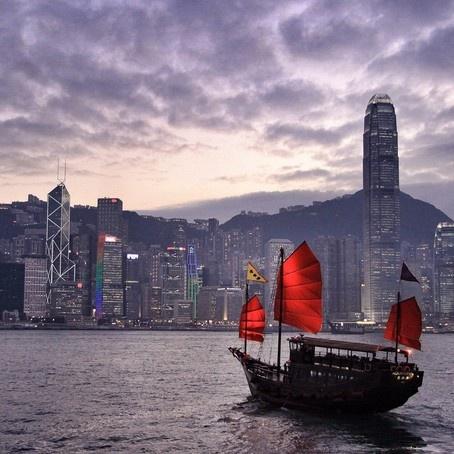 24 gio met nhoai o Hong Kong hinh anh 7 12h: Đi thuyền Aqualuna, loại thuyền truyền thống của Trung Quốc với cánh buồm đỏ thắm, ngắm toàn cảnh Hong Kong. Tour đi thuyền thường từ trưa đến 16h từ thứ hai đến thứ 6, tour thuyền đêm phục vụ cả 7 ngày trong tuần.