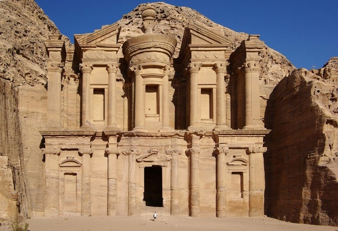16 cong trinh co dai sung sung voi thoi gian hinh anh 12 Petra: Nằm ở Jordan, giữa Biển Đỏ và Biển Chết, thành phố cổ Petra được người Nabatean, một bộ tộc người Semitic cổ đại khắc vào những dãy núi đá. Địa danh này được phát hiện năm 1812, bao gồm các đền đài, nhà thờ và hơn 800 ngôi mộ.