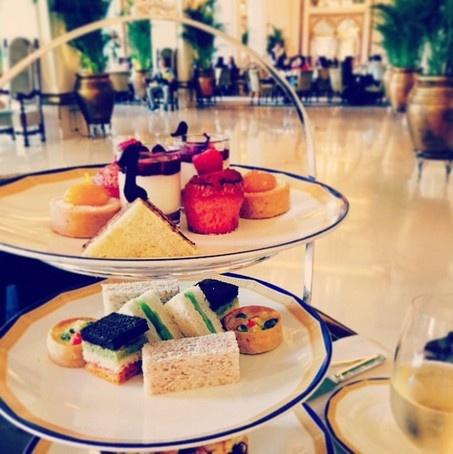 24 gio met nhoai o Hong Kong hinh anh 9 14h: Thưởng thức trà chiều kiểu Anh tại sảnh khách sạn Peninsula với những chiếc bánh sandwich nhỏ, kẹo, bán nướng được phục vụ trên những chiếc giá 3 tầng. Trà chiều thường phục vụ từ 14 – 18h.