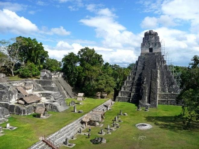 16 cong trinh co dai sung sung voi thoi gian hinh anh 10 Tikal:  là một thành phố đổ nát của người Maya ở Guatemala. Thành phố nổi tiếng với các ngôi đền đẹp và cổ kính. Năm 1979, UNESCO công nhận thành phố đổ nát Tikal là di sản thế giới. Mặc dù ngày nay Tikal trông như chỉ có đá và đá, nhưng đền đài trước kia từng có màu xanh lá cây và đỏ từ vữa trộn. Người Maya xây Tikal hoàn toàn không có dụng cụ kim loại, động vật hỗ trợ hay xe kéo, và bị bỏ hoang vào năm 900 sau công nguyên.