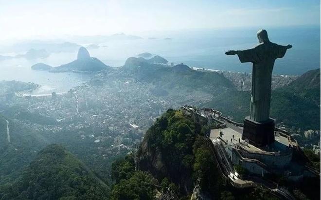 7 buc tuong noi tieng nhat the gioi hinh anh 2 Tượng Chúa cứu thế, Brazil: Bức tượng Chúa Jesus ở Rio de Janeiro là tượng theo trường phái Art Deco lớn nhất thế giới, và là tượng chúa Jesus lớn thứ 5 trên thế giới. Tượng cao 30 m, nặng 635 tấn, nằm trên đỉnh núi Corcovado thuộc công viên quốc gia rừng Tijuca nhìn về thành phố. Tượng được làm từ bê tông cốt thép và đá biến chất steatit, được xây dựng từ năm 1922 đến năm 1931. Trung bình mỗi mùa hè, tượng Chúa bị sét đánh 12 lần.