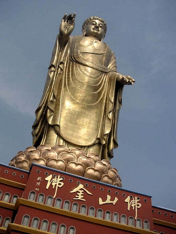 7 buc tuong noi tieng nhat the gioi hinh anh 4 Tượng Phật Mùa xuân, Trung Quốc: Ngôi đền tượng phật Mùa xuân tại vùng núi Jiuhua, miền trung Trung Quốc thờ Phật Tỳ Lô Giá Na. Đức Phật đứng trên tòa sen cao 25 m, tổng chiều cao của Đức Phật là 128 m, được xây dựng năm 2002.