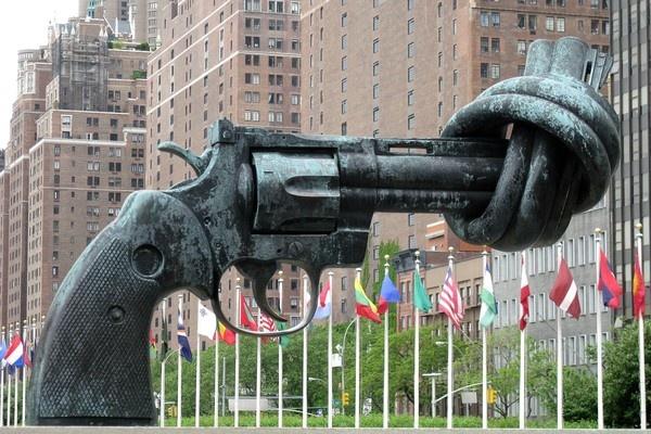 7 buc tuong noi tieng nhat the gioi hinh anh 6 Tượng súng xoắn, Turtle Bay:  Bức tượng biểu trưng cho hòa bình được thiết kế cuối những năm 1980, sau khi người bạn của tác giả bị bắn chết. Chính phủ Luxembourg tặng bức tượng cho Liên hợp quốc năm 1988. Tượng có hình khẩu 45-caliber revolver với nòng súng vặn xoắn.
