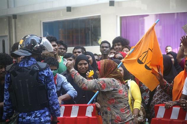 Nhung dieu thu vi ve Maldives hinh anh 3 Tôn giáo cực đoan: Người Maldives không chấp nhận những hành vi, lời nói xúc phạm tôn giáo và nếu vi phạm thì có thể sẽ bị phạt tù. Nếu mang thuốc phiện trên người sẽ bị phạt tù chung thân. Các mối quan hệ đồng tính cũng không được chấp nhận. Hiến pháp Maldives năm 1997 quy định công dân nước này phải là người đạo Hồi, đặc biệt không chấp nhận bất kỳ tôn giáo nào khác. Nếu một người đổi đạo thì sẽ bị mất quyền công dân. Các thông tin, hướng dẫn, lịch sử về đạo Hồi được đưa vào chương trình giáo dục. Chính phủ có hẳn một ban hướng dẫn về tôn giáo.