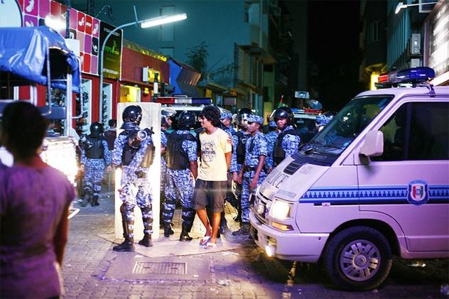 Nhung dieu thu vi ve Maldives hinh anh 4 Người ngoại tình sẽ bị quất bằng roi: Theo luật Maldives, tất cả mọi người đều bình đẳng và được bảo vệ như nhau. Nếu ngoại tình sẽ bị đưa ra trước công chúng và đánh bằng roi. Tuy nhiên, phần lớn các nạn nhân bị quất roi là phụ nữ. Con số thống kê từ 2006 cho thấy 184 phụ nữ bị quất roi và chỉ 38 người là nam giới vì họ chỉ việc phủ nhận là xong. Năm 2009, một bà mẹ trẻ mới 18 tuổi bị quất roi 100 lần và phải nhập viện. Cô không nhận tội, nhưng bị cáo buộc do có thai, còn hai người đàn ông liên quan đến vụ ngoại tình này được tuyên trắng án.