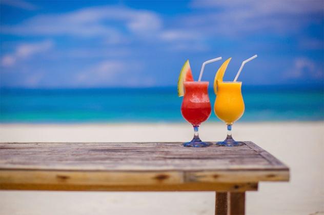 Nhung dieu thu vi ve Maldives hinh anh 5 Đồ uống có cồn bị cấm ngoài các khu nghỉ dưỡng: Do là nước đạo Hồi nên khách du lịch đến đây phải tuyệt đối tuân thủ truyền thống của họ. Đồ uống có cồn bị cấm ở mọi nơi, trừ trong các khách sạn, khu nghỉ dưỡng. Nhập khẩu các đồ cấm như thịt lợn và các chế phẩm làm từ thịt lợn là phạm pháp. Trong tháng Ramadan, du khách phải tránh ăn uống và hút thuốc lá trong ngày ở nơi công cộng. Khỏa thân hay bán khỏa thân ở các bãi biển, khu nghỉ dưỡng hoàn toàn bị cấm.