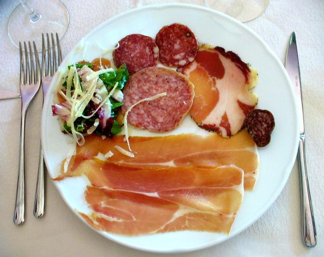 2. Bữa ăn: Một bữa ăn truyền thống của người Italy thường có ít nhất 3 món. Món khai vị (ofantipasti) gồm salami hoặc rau trộn; món tinh bột (primi piatti) gồm gnocchi, risotto hoặc mì ống; món chính (secondi piatti) là thịt, có hoặc không có món rau phụ (contorno); tráng miệng (dolce) gồm tiramisu, panna cotta, gelato và đồ uống. Nếu ăn mì ống mà không có thịt hoặc món phụ thì được coi là kỳ quặc.