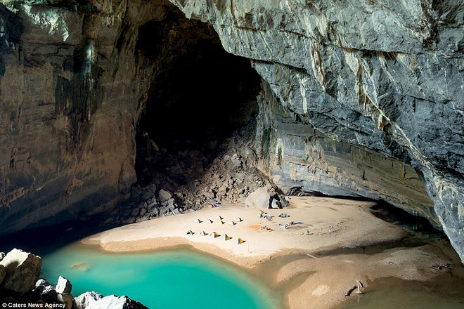Hang Én thuộc vườn quốc gia Phong Nha Kẻ Bàng, thường không xuất hiện trên các quảng cáo, tờ rơi vì vị trí ẩn dật của nó. Điểm đặc biệt là Hang Én có hệ sinh thái và khí hậu riêng biệt, cùng rừng nguyên sinh và một dòng sông tuyệt đẹp, cho du khách trải nghiệm độc đáo. Cắm trại trên bãi cát, nhìn ngắm dòng nước trong xanh ở trong hang không khác gì cảm giác ở ngoài bãi biển.
