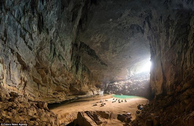 Lòng hang rộng choáng ngợp, cảm giác như rơi vào một ốc đảo tuyệt đẹp. Hang có chiều cao hơn 130 m, chiều rộng 150 m.