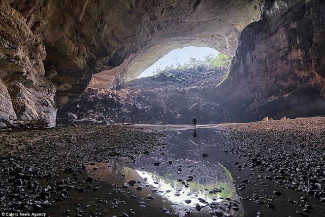 Hang nằm xuyên suốt cả một quả núi và trổ 3 cửa  động, nẳm hướng đông nam, tây bắc theo dòng chảy suối Rào Thương. Từ trong hang nhìn ra cửa phía tây bắc là vòm hang cao hơn 80 m, khung cảnh núi rừng hùng vỹ.