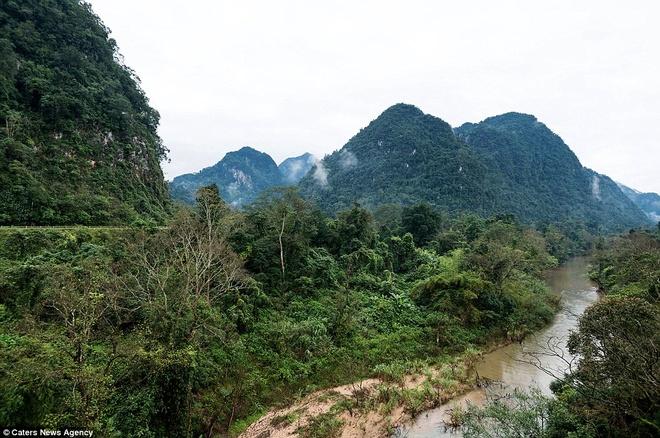 Hang Én nằm gần hang Sơn Đoòng, hang lớn nhất thế giới được phát hiện năm 2009 ở công viên quốc gia Phong Nha Kẻ Bàng, Quảng Bình, gần biên giới với Lào. Đây là quần thể gồm 150 hang động, nhiều hang vẫn chưa được khám phá.