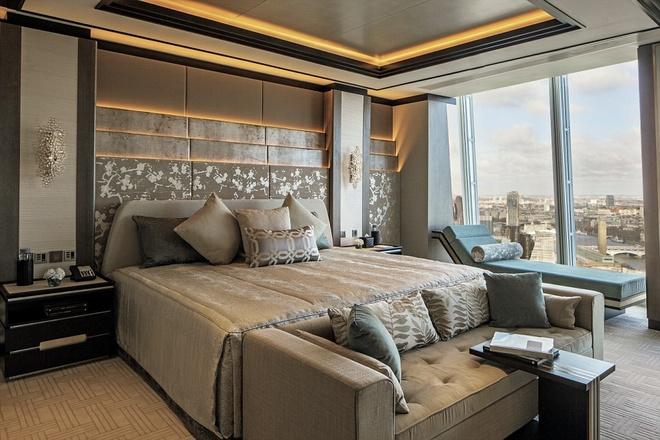 Shangri-La suite mang lại cho khách những trải nghiệm tiện nghi, sang trọng. Chăn đệm giường may từ vải lanh có chỉ số sợi 1000 siêu mịn của hãng Frette - thương hiệu dệt may Italy, chuyên cung cấp vải lanh cho các khách sạn cao cấp khắp thế giới từ năm 1860. Đồ nội thất được thiết kế riêng. Giấy dán tường bằng lụa cao cấp.