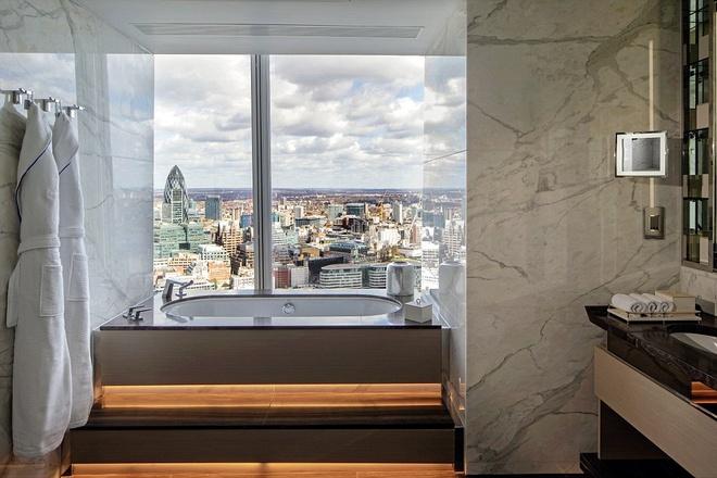 Phòng tắm lớn lát đá cẩm thạch, có tivi, bồn tắm Jacuzzi để vỗ về du khách sau một ngày mệt mỏi. Riêng nơi để quần áo và thay đồ cũng đủ rộng bằng một phòng đôi ở khách sạn thông thường.