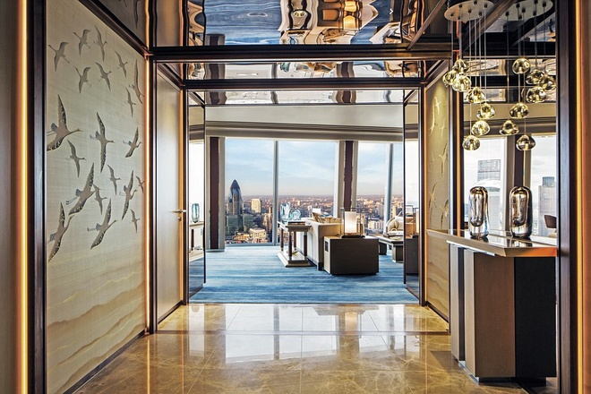 Toàn phòng suite rộng 188 mét vuông, gồm một phòng ngủ, phòng khách kiêm không gian làm việc, phòng ăn, phòng tắm, phòng thay đồ. Nếu muốn, bạn có thể yêu cầu mở rộng thêm phòng liền kề, biến thành 2 buồng ngủ, tổng diện tích sử dụng 232 mét vuông.