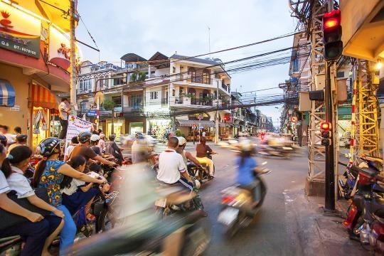 Khach Tay: 10 dieu can biet truoc khi den Viet Nam hinh anh 1 Sang đường ở Việt Nam là một thử thách bất cứ du khách nào cũng phải đối mặt.