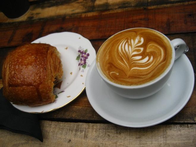 Bua sang o cac nuoc co gi la? hinh anh 11 Pháp: Bánh sừng bò, bánh ngọt và cà phê.