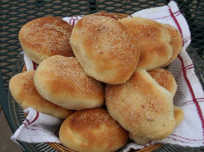 Bua sang o cac nuoc co gi la? hinh anh 12 Philippines: Người dân ở đây thường ăn bánh Pandesal, một loại bánh mì tròn bằng nắm tay, nhúng với cà phê hoặc sữa.