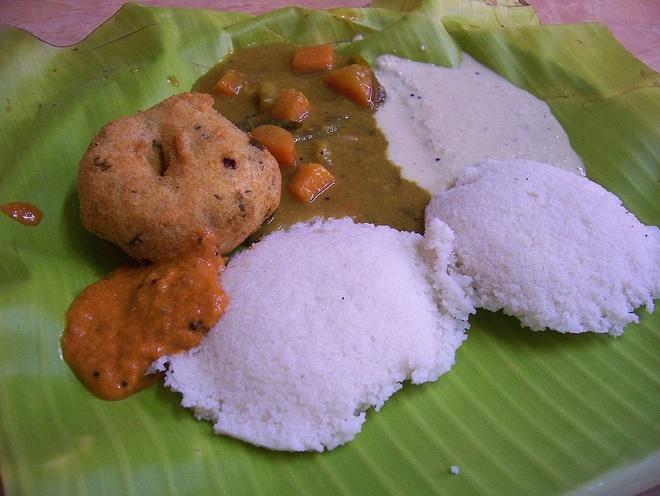 Bua sang o cac nuoc co gi la? hinh anh 13 Ấn Độ: Idli wada là bữa sáng truyền thống của miền nam Ấn Độ, đó là món bánh làm bằng đậu đen lên men và cơm, ăn kèm tương ớt và nước xốt.