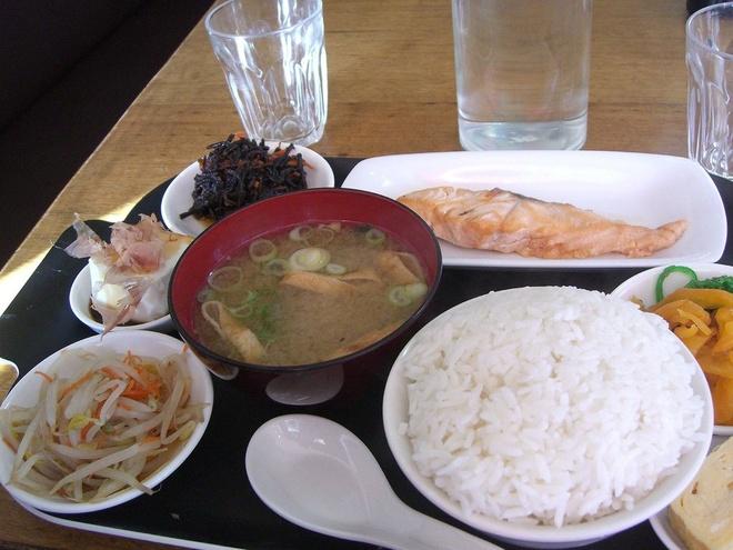 Bua sang o cac nuoc co gi la? hinh anh 15 Nhât Bản: Súp miso, cơm trắng và dưa chua.