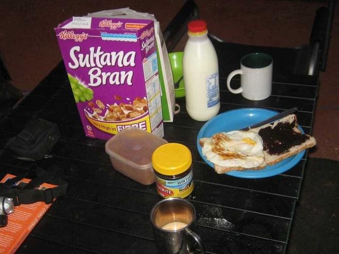 Bua sang o cac nuoc co gi la? hinh anh 1 Australia: Ngũ cốc lạnh cùng bánh mì gối quết vegemite.