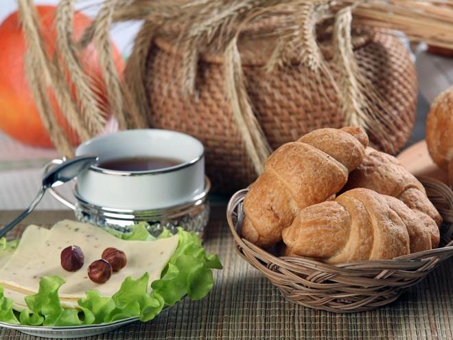 Bua sang o cac nuoc co gi la? hinh anh 17 Bồ Đào Nha: Bánh sừng bò, bánh mì, mứt, phô mai và cà phê.