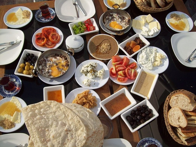 Bua sang o cac nuoc co gi la? hinh anh 19 Thổ Nhĩ Kỳ: Bánh mì, phô mai, bơ, ô liu, trứng, cà chua, dưa chuột, mứt, mật ong và kaymak. Ngoài ra còn có sucuk, một loại xúc xích cay Thổ Nhĩ Kỳ, và trà Thổ Nhĩ Kỳ.
