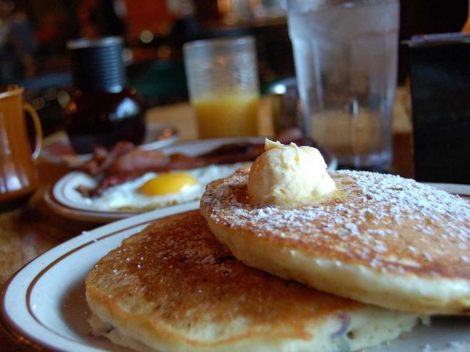 Bua sang o cac nuoc co gi la? hinh anh 20 Mỹ: Trứng, pancake, thịt hun khói hoặc ngũ cốc.