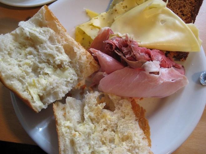 Bua sang o cac nuoc co gi la? hinh anh 2 Brazil: Thịt nguội, phô mai, bánh mì cùng cà phê và sữa.