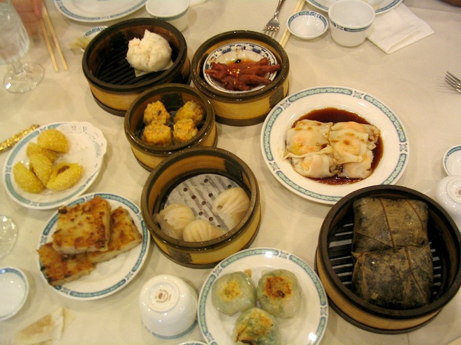 Bua sang o cac nuoc co gi la? hinh anh 3 Trung Quốc: Bữa sáng đa dạng tùy theo vùng, nhưng chủ yếu là há cảo cùng các loại thức ăn đựng trong những chiếc đĩa nhỏ.