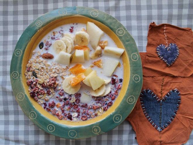 Bua sang o cac nuoc co gi la? hinh anh 4 Người Thụy Sỹ thường bắt đầu một ngày với Birchermüesli: yến mạch và ngũ cốc cùng trái cây khô hoặc tươi, ăn kèm sữa hoặc sữa chua.