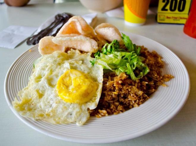 Bua sang o cac nuoc co gi la? hinh anh 7 Indonesia: Nasi goreng là món phổ biến trong bữa sáng, gồm trứng ốp, cơm rang, đôi khi còn có thịt và hải sản.