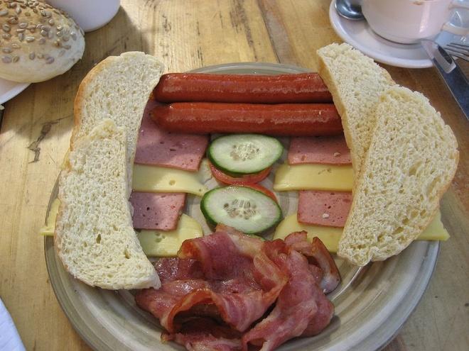 Bua sang o cac nuoc co gi la? hinh anh 6 Đức: Bữa sáng điển hình ở Đức gồm thịt nguội, xúc xích, phô mai và bánh mì mới nướng.