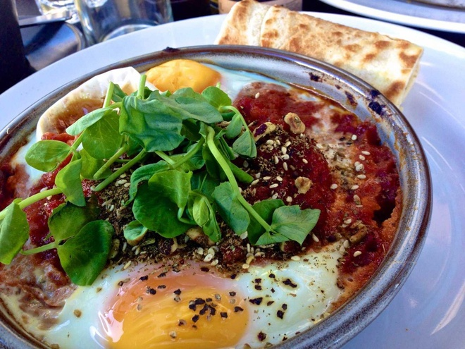 Bua sang o cac nuoc co gi la? hinh anh 9 Israel: Bữa sáng ở đây gọi là shakshuka, trứng được nấu với sốt cà chua cay ăn kèm bánh mì pita.