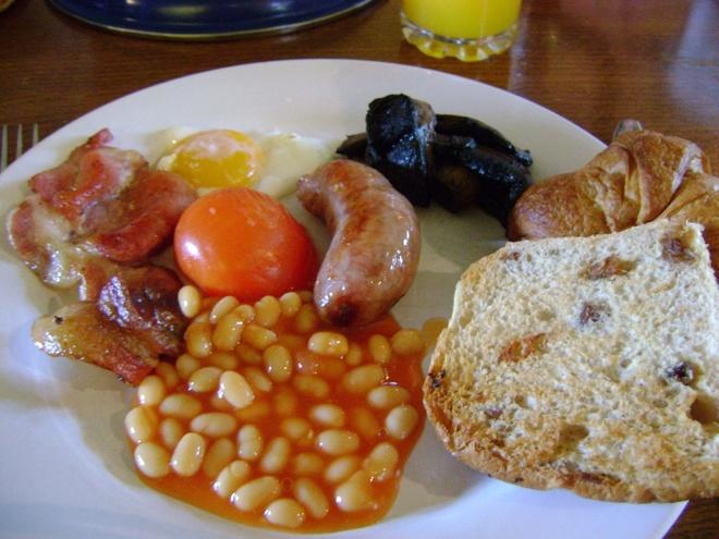 Bua sang o cac nuoc co gi la? hinh anh 10 Anh: Trứng, xúc xích, thịt hun khói, đậu và nấm.