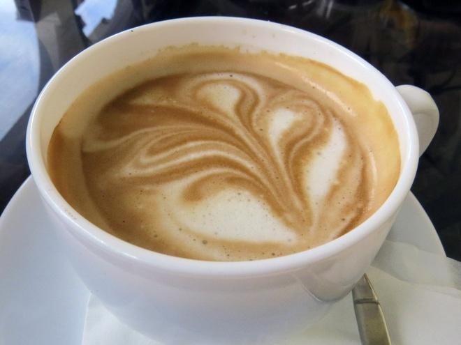 Bua sang o cac nuoc co gi la? hinh anh 8 Cuba: Bữa sáng ở Cuba gồm cà phê sữa cùng tostada – lát mánh mì phết bơ và nướng lên. Họ thường nhúng bánh mì vào cà phê trong khi ăn.