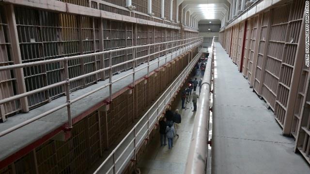 Alcatraz - nha tu hut 1,5 trieu du khach moi nam hinh anh 10 Nhà tù có hàng rào bảo vệ nghiêm ngặt, những dãy xà lim hẹp với song sắt dày đặc, chỉ có một lỗ thoáng nhỏ nhìn lên phía trên. Tù nhân không được phép liên lạc với thế giới bên ngoài, một số tù nhân chỉ được đi dạo trong sân nhà tù một giờ đồng hồ/tuần.
