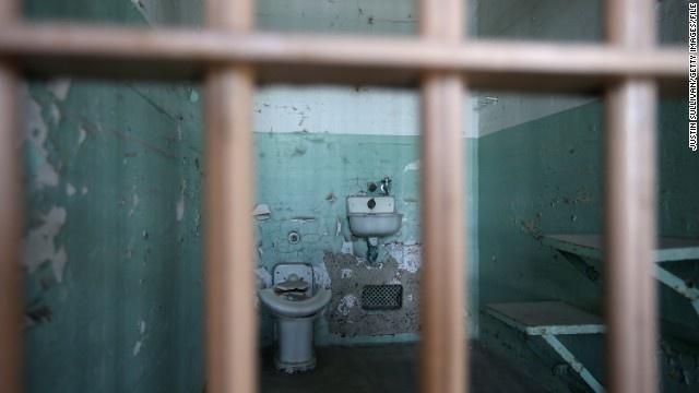Alcatraz - nha tu hut 1,5 trieu du khach moi nam hinh anh 9 Nhà tù từng giam giữ các tội phạm khét tiếng như trùm mafia lừng danh nước Mỹ trong thế kỷ 20 Al Capone, tên cướp ngân hàng George Kelly và những tội phạm giết người hàng loạt.