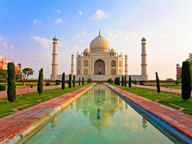 10 dia danh hut khach nhat the gioi hinh anh 3 3. Đền Taj Mahal, Ấn Độ: Ngôi đền do vua Shah Jahan xây dựng để tưởng nhớ người vợ thứ ba, hoàng hậu Mumtaz Mahal. Bà đã qua đời khi sinh đứa con thứ 14 của họ ở tuổi 40, sau 30 giờ lâm bồn.