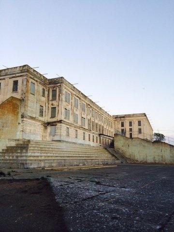 Alcatraz - nha tu hut 1,5 trieu du khach moi nam hinh anh 11 Nhà tù buộc phải đóng cửa năm 1963 vì chi phí quá đắt đỏ. Ngày nay, nhà tù là một trong những điểm du lịch hút khách nhất thế giới với giá vào cửa <abbr class=