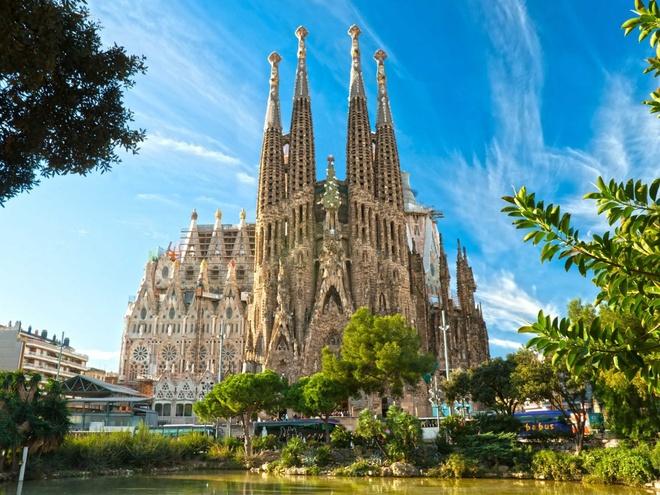 10 dia danh hut khach nhat the gioi hinh anh 5 5. Nhà thờ La Sagrada Familia, Barcelona, Tây Ban Nha:  là một nhà thờ Công giáo lớn đang xây tại Barcelona, Catalonia, Tây Ban Nha, được coi là kiệt tác của kiến trúc sư nổi tiếng người Catalan Antoni Gaudí (1852–1926). Vì cỡ vĩ đại và phong cách độc đáo, nó là một trong những điểm du lịch hấp dẫn nhất của Barcelona và là một biểu tượng của Tây Ban Nha.