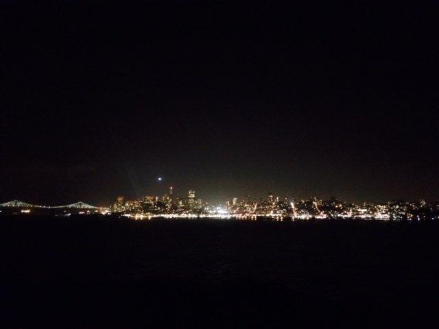 Alcatraz - nha tu hut 1,5 trieu du khach moi nam hinh anh 6 Một điều trớ trêu là nhà tù nhìn ra quang cảnh tuyệt đẹp, với thành phố San Francisco lộng lẫy về đêm. Nhưng đây cũng chính là sự tra tấn tinh thần thống khổ đối với tù nhân, khi ngày ngày phải chứng kiến cuộc sống tự do sôi động ngoài kia.