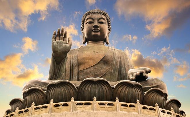 Nhung diem den tam linh tai Hong Kong hinh anh 12 Bức tượng Phật ngồi cao 26,4 mét trên đỉnh một tòa sen cao 34 mét bao gồm cả bệ, hướng mặt về phía bắc để ngắm nhìn Trung Quốc đại lục. Tượng Đại Phật có đôi mắt, đôi môi, đầu hơi nghiêng và bàn tay phải giơ ra như để ban phước lành cho thế gian. Thời gian hoàn thành bức tượng là 12 năm với chi phí xây dựng là 60 triệu đô la Hong Kong. Tới đây du khách có thể leo lên 268 bậc thang để có thể phóng tầm mắt ngắm nhìn cảnh quan núi rừng sâu rộng và biển trời mênh mông. Bức tượng đại Phật được làm bằng đồng hoành tráng này đã thu hút rất nhiều khách hành hương từ khắp Châu Á. Ảnh: Baike