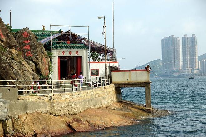 Nhung diem den tam linh tai Hong Kong hinh anh 4 Nếu du khách tới thăm những cảng biển của Hong Kong, bạn sẽ thấy có rất nhiều miếu thờ bà Thiên Hậu. Đây là nét riêng có của Hong Kong. Bởi nơi đây là một đảo nên cuộc sống của người dân gắn liền với biển khơi. Vài thập kỷ trở lại đây, có rất nhiều ngư dân tin vào bà Thiên Hậu, coi bà là vị thần bảo trợ của ngư phủ và người đi biển. Tương truyền, bà Thiên Hậu thường hiển linh, mặc áo đỏ cưỡi chiếu bay trên mặt biển để cứu trợ những người gặp nạn. Vì vậy, hàng năm họ đều thờ cúng bà Thiện Hậu để cầu mưa thuận gió hòa, đi biển bình an, may mắn. Vì thế miếu thờ Thiên Hậu thường được dựng ở bên bờ biển. Ảnh: Baike