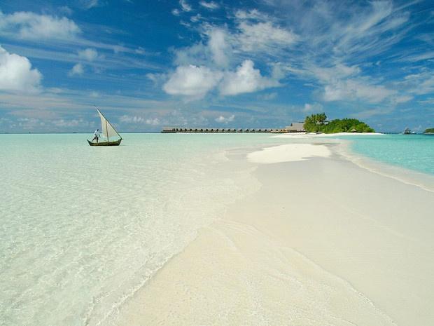 Phu Quoc vao top 10 bai bien hoang so ly tuong de thu gian hinh anh 1 1. Đảo Cocoa, Makunufushi, nam Malé Atoll, Maldives: Thật khó để chọn ra được bãi biển thư giãn nhất trong hàng trăm bãi biển ở 1.102 hòn đảo tại Maldives. Tuy nhiên, độc giả của tờ CN Traveler bình chọn bãi biển ở đảo Cocoa vào vị trí số 1 cho mục đích thư giãn. Nhìn từ trên cao, đảo Cocoa như một dấu gạch chéo màu trắng của cát giữa màu xanh biếc của đại dương.