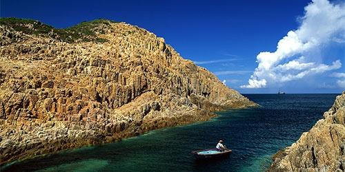 """Sai Kung - 'hau hoa vien' cua Hong Kong hinh anh 5 Trong khu vực Sai Kung, có nhiều nơi có phong cảnh rất hoang sơ, nhưng phải chèo thuyền mới có thể tới được. Có thể tận mắt chiêm ngưỡng cảnh sắc địa chất kỳ thú là một trong những trải nghiệm tuyệt vời cho du khách khi đến với Sai Kung. Sai Kung được coi là """"hậu hoa viên"""", là điểm đến bình yên của Hong Kong. Ảnh: Sina"""