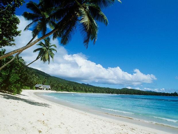 Phu Quoc vao top 10 bai bien hoang so ly tuong de thu gian hinh anh 5 5. Petite Anse, La Digue, Seychelles: Petite Anse tựa như bãi biển hẻo lánh của Robin Crusoe với bãi cát hình vành trăng khuyết, tô điểm bằng những rặng dừa. Bãi biển còn hoang sơ đến mức phương tiện vận chuyển chủ yếu là những chiếc xe bò kéo, và chỉ có 4 nhà hàng trên cả hòn đảo.