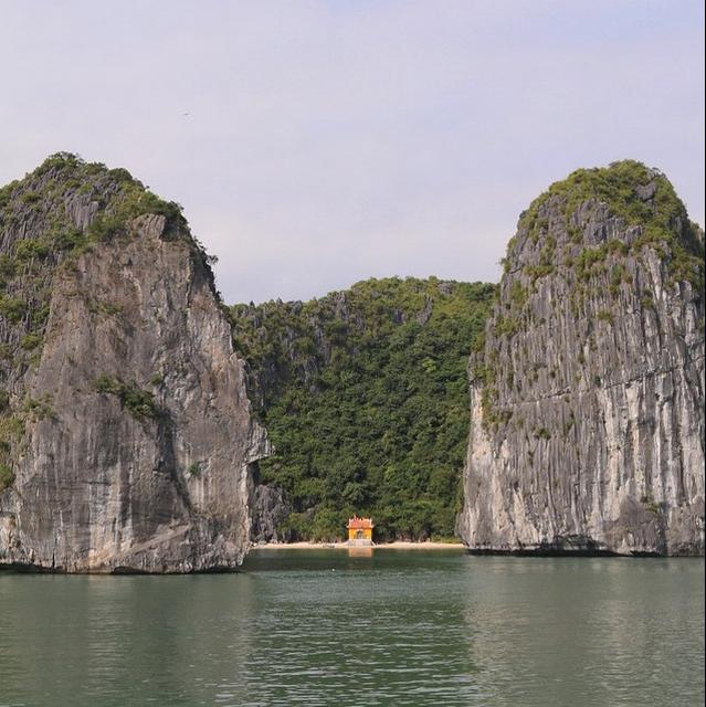 Viet Nam tuyet dep qua ong kinh khach Tay hinh anh 5 Một ngôi đền đơn độc bên bãi biển, bao quanh là những núi đá vôi tại Hạ Long.