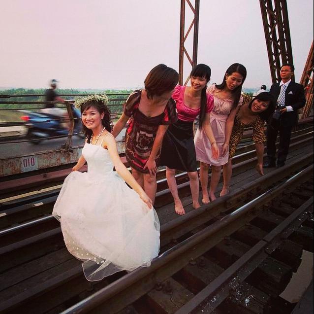 Viet Nam tuyet dep qua ong kinh khach Tay hinh anh 6 Cầu Long Biên ở Hà Nội là địa điểm quen thuộc để chụp ảnh cưới.
