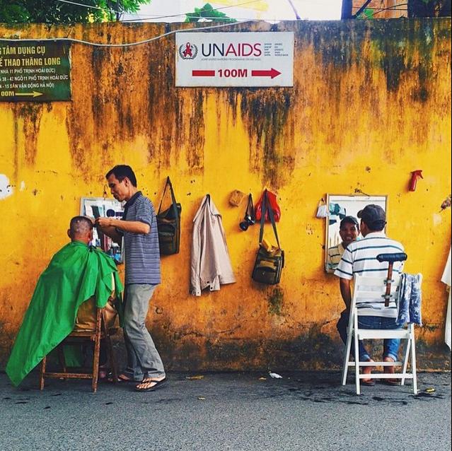 Viet Nam tuyet dep qua ong kinh khach Tay hinh anh 7 Những hàng cắt tóc ở phố Trịnh Hoài Đức, Hà Nội, Việt Nam.